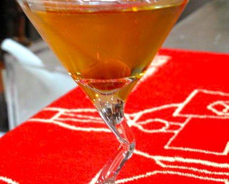 Cocktail Le Rose et sa cerise à l'eau de vie.