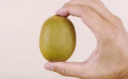 Éplucher un kiwi avec un verre