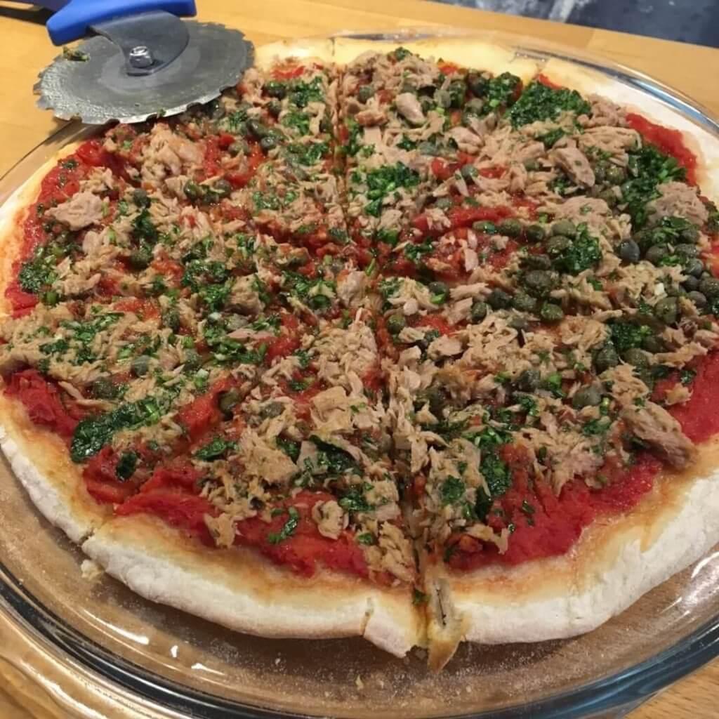 Pizza au thon et persillade citronnée