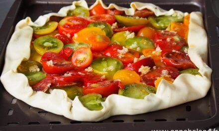 Tarte rustique / tomate / ail / fleur de thym.
