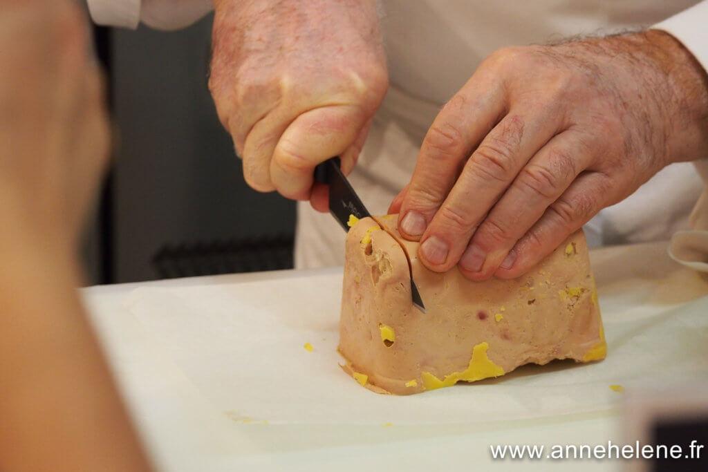 Découpe du foie gras au couteau et pot d'eau chaude