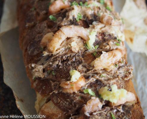 pain fourré au beurre à l'aneth et crevettes grises