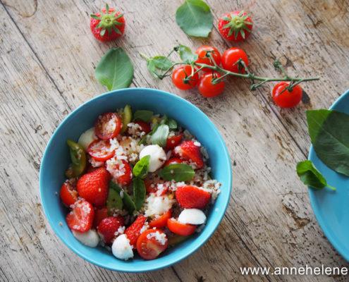 salade de tomates avec des fraises